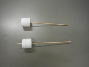 ペットボトルキャップに竹串を通す