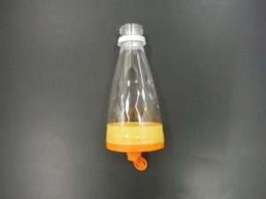 半分のペットボトルに風船を付ける