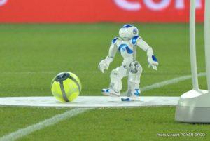 人型ロボットがキックオフ