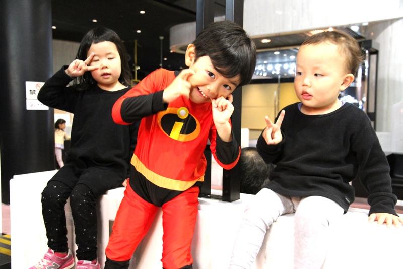 コスチュームを着ている子供達