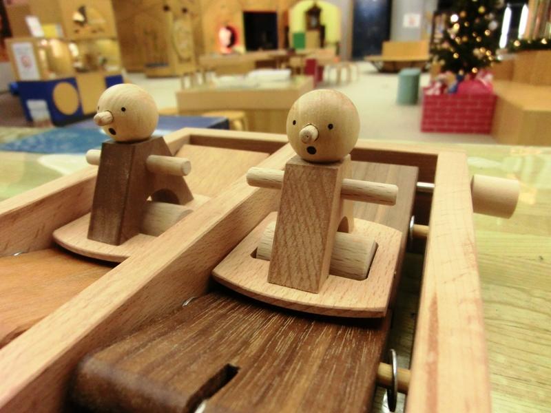 木の人形をうまく動かして遊ぶおもちゃ